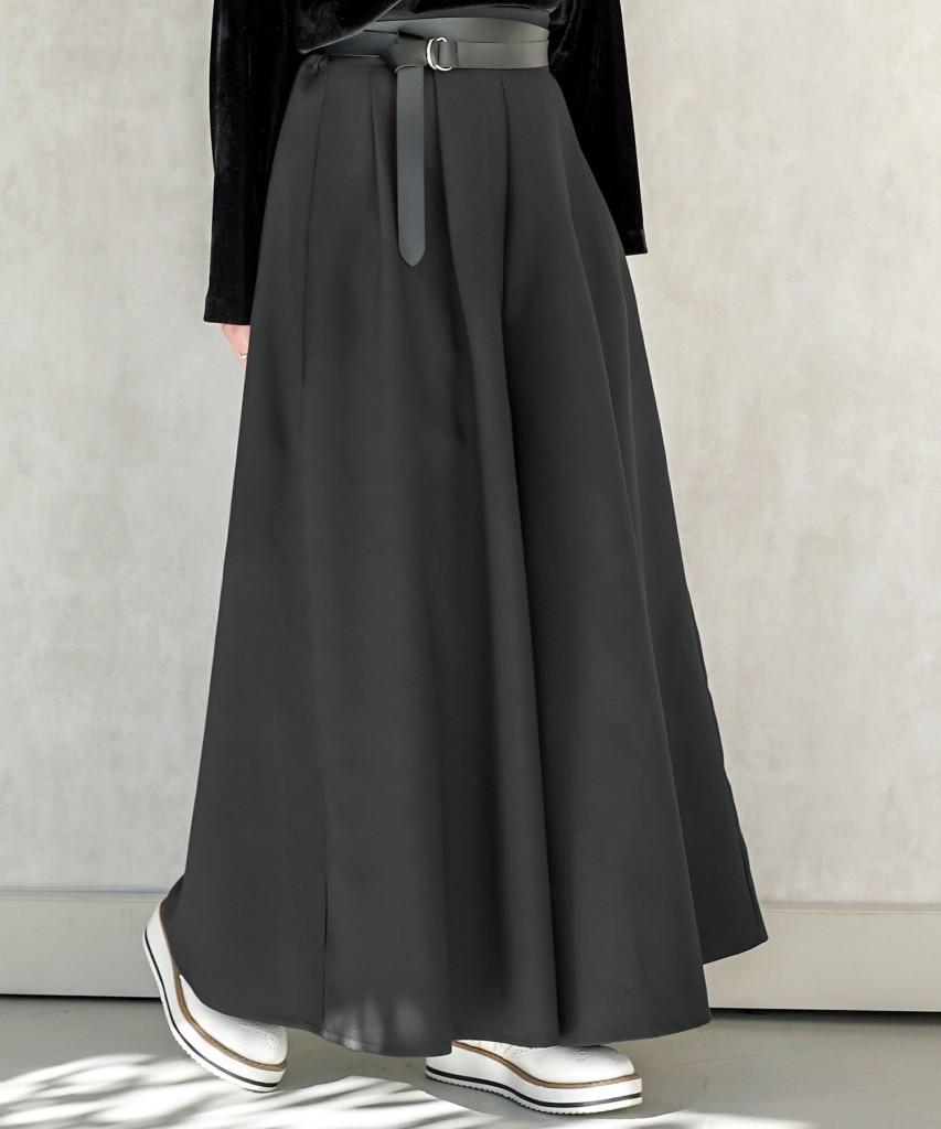 フレアな広がりがリラックス感たっぷり。まるでスカートに見え。